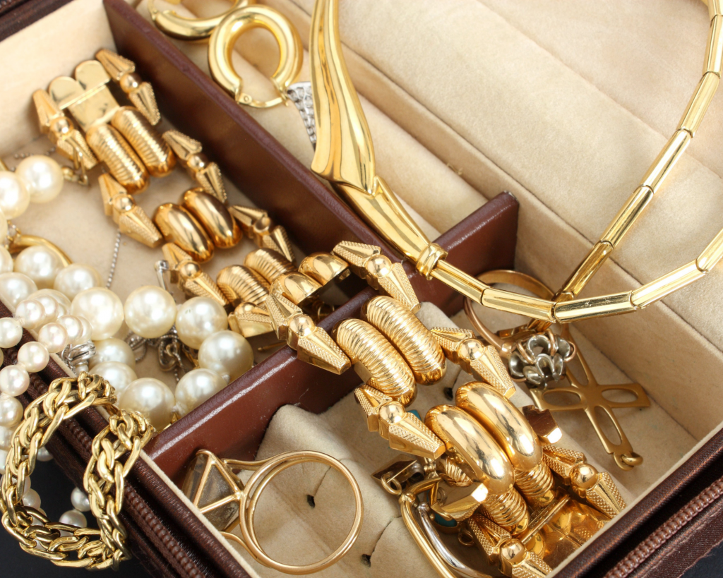leave expensive jewelry at home five things not to pack when traveling